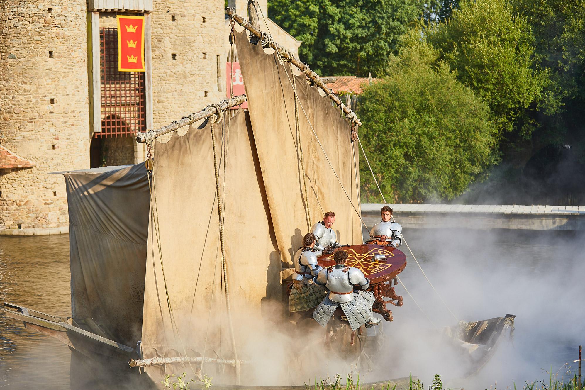 Les chevaliers de la table ronde spectacle puy du fou - Blason chevalier table ronde ...